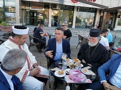 По традиция кметът на Кърджали Хасан Азис черпи духовниците на града с кафе на всеки по-голям празник