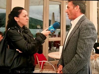 Мария Стоянова (вляво) по време на следването си при Карин Кнайсел интервюира и най-популярния лидер на Партията на свободата Йорг Хайдер.