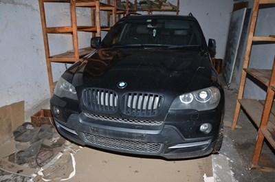 Този джип в гаража, ползван от Венислав и Веселин, е откраднат от София месеци преди криминалистите да разбият депото.