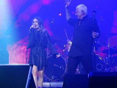 """Песента """"Чужди тела"""", дала името на албума, Стенли изпя с талантливата си дъщеря Никол. По всичко личи, че красивата тийнейджърка ще тръгне по стъпките на родителите си. Майка  е певицата и актриса Людмила Сланева.   СНИМКА: ДОРОТЕЯ КИРЧЕВА"""