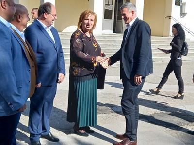 Премиерът Стефан Янев се ръкува с кметицата на Поповица Веска Мирчева.  СНИМКИ: АВТОРЪТ
