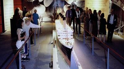 "Карма: Макет на айсберг в музей на ""Титаник"" падна и рани трима"