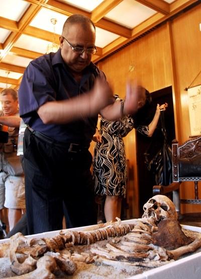 Божидар над скелета на созополския вампир