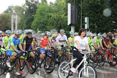 Нинова, самата тя на колело, даде старт от календара на Българския колоездачен съюз. Снимка БСП