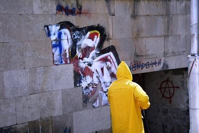 Делян Ангелов от Велико Търново почисти безвъзмездно графитите от фасадата