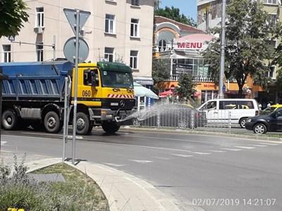 През лятото в София освен миене улиците се оросяват заради жегите