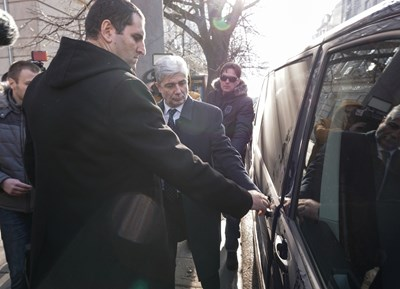 Прокурор Ангел Кънев съпровожда Нено Димов до буса на прокуратурата.   СНИМКА: БНТ, ДЕСИСЛАВА КУЛЕЛИЕВА