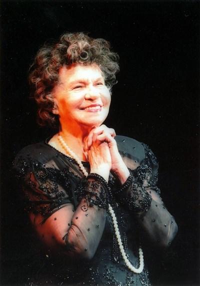 Стоянка на сцената - за всяка своя годишнина тя приговяше специална рокля - най-вече от дантела, и задължителните перли. СНИМКИ: ЛИЧЕН АРХИВ, ПРЕДОСТАВЕНИ ОТ ЕВГЕНИ БОЯНОВ