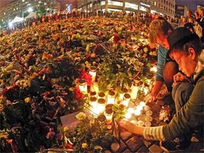 """Норвежци палят свещи в памет на загиналите сред море от цветя пред катедралата в Осло. """"Можеш да убиеш човек, но не можеш да убиеш народ"""", заяви пред събралите се премиерът Столтенберг. Скандинавската страна не помни такова масово клане от годините на германската окупация през Втората световна война. СНИМКИ: РОЙТЕРС"""
