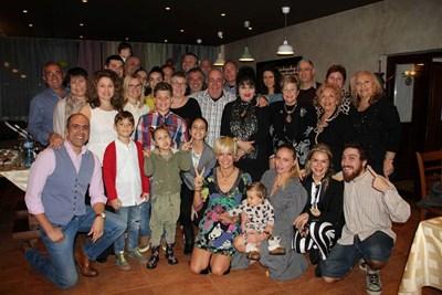 Почти всички от фамилията на семейно събиране - пристигнали са роднини от Италия, Германия и САЩ. На първия ред от дясно на ляво са Бедрос, майка му Кремена, снахата Алекс и малкият Еди. СНИМКА: Личен архив