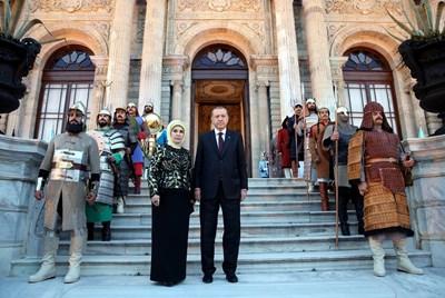 """Ердоган и съпругата му Емине пред двореца """"Долмабахче"""" в Истанбул сред гардове, облечени като османски войници. СНИМКА: РОЙТЕРС"""