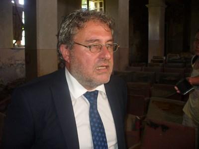 """Министърът на културата Боил Банов посети днес град Шипка и лично видя разрухата в читалище """"Светлина - 1861"""". СНИМКА: Ваньо Стоилов"""