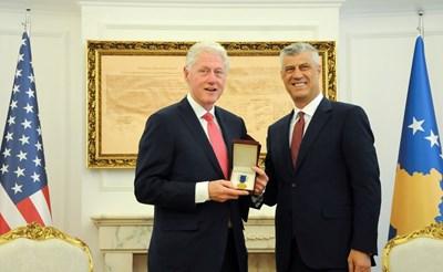 Бившият президент на Съединените щати Бил Клинтън бе посрещнат с най-високи държавни почести в Прищина. Снимка РОЙТЕРС