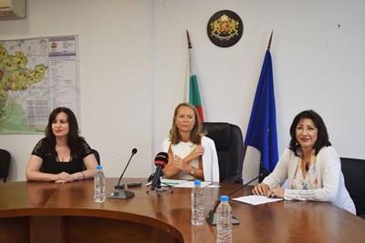 Мария Витанова-Вълканова, Дани Каназирева и д-р Сийка Димчева обявиха за въвеждането на строги противоепидемични мерки в Перущица. Снимка: Авторът