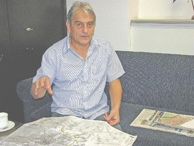 Арх. Димитър Димитров обяснява вижданията си за бъдещия парк.  СНИМКИ: ВАСИЛ С. СОТИРОВ