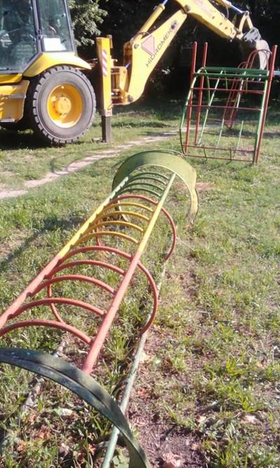 """Опасни съоръжения от детски площадки бяха премахнати в район """"Северен"""" в Пловдив"""