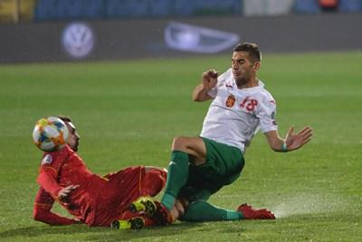 Тежкият сблъсък, при който Вешович от Черна гора и Ивайло Чочев удрят колената си. СНИМКА: РУМЯНА ТОНЕВА