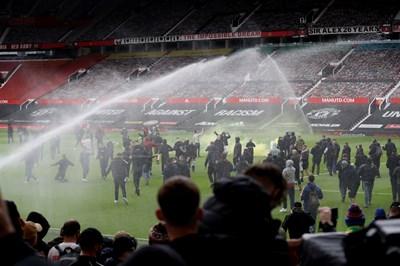 """Фенове на """"Юнайтед"""" нахлуват на терена. СНИМКА: РОЙТЕРС"""