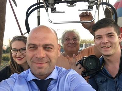 Костадин Димитров пръв се качи на балона и даде кураж на хората от квартала да полетят.
