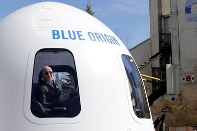 """Джеф Безос в капсулата на ракета на """"Блу Ориджин"""". СНИМКА: РОЙТЕРС"""
