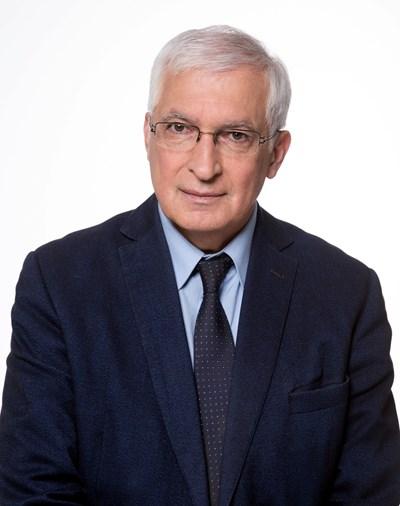 """Проф. д-р Боян Дуранкев е икономист, специалист по глобалистика, стратегическо планиране и маркетинг. Преподавател в УНСС и член на Съвета на старейшините на УНСС. Член на АС на ВУЗФ и ръководител на катедра """"Маркетинг и мениджмънт"""", на УС на Българска асоциация за маркетинг, както и на борда на Superbrands Bulgaria. Автор на над 300 книги, статии, студии и доклади на конференции."""