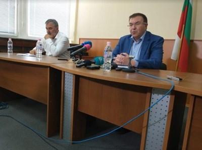 Главният държавен здравен инспектор доц. д-р Ангел Кунчев и министърът на здравеопазването Костадин Ангелов СНИМКА: Авторката