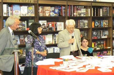 Редакторът на книгата Димитър Милов /влява/ и дъщерята на автора Живеслава се включиха в поетичния пърформанс.
