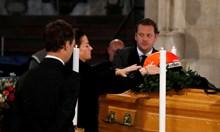 Вдовицата на Ники Лауда го изпрати с каската му върху ковчега (Видео, снимки)