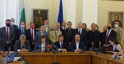 Соцлидерката Корнелия Нинова даде брифинг след провала на заседанието си вчера в компанията на част от верните си депутати. СНИМКА: Румяна Тонeва