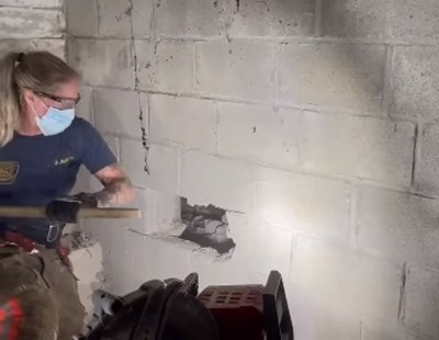 Разбиват бетонна стена, за да извадят кучето. Кадър: Фейсбук/Cincinnati Fire Department