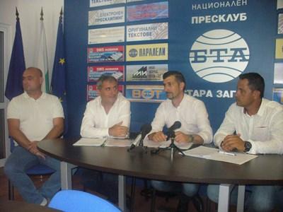 """Част от инициативния комитет за подписката, в основата са синдикални активисти на КНСБ и на КТ """"Подкрепа"""".  СНИМКА: Ваньо Стоилов"""