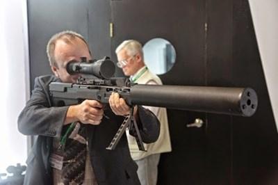 Новият снайпер в целия му блясък. Ясно се вижда интегрираният заглушителят, дълъг 622 мм.