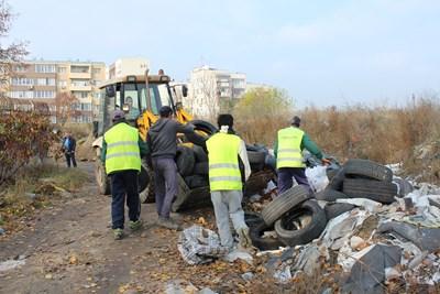 Хиляди стари гуми бяха извадени от коритото на река Марица