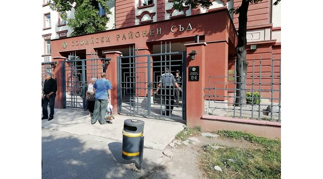 Сигнал за бомба изпразни Софийския районен съд (Снимки)