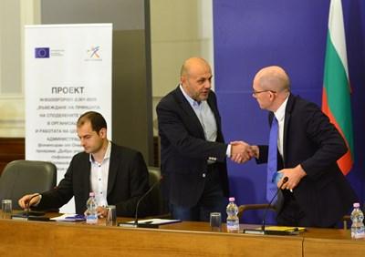 Вицепремиерът Томислав Дончев поздравява представителя на Световната банка Тони Томпсън при представянето на проекта през септември миналата година. СНИМКА: Йордан Симeонов