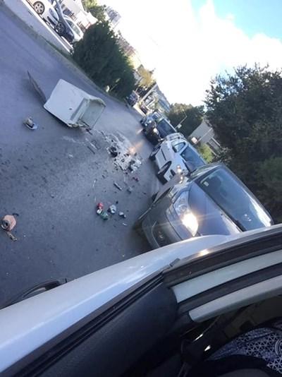 Автомобили заобикалят хладилника на пътя. Снимка: фейсбук