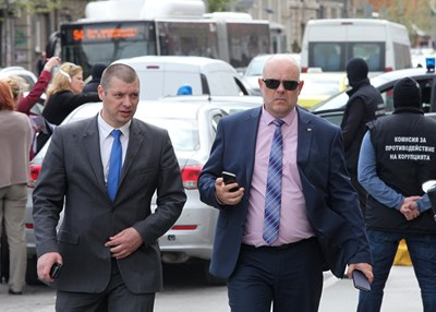 """Иван Гешев, заснет със зам.-шефа на КПКОНПИ Антон Славчев по време на акция. Всъщност през последните години Гешев неизменно бе там, където се провеждаха акциите на Специализираната прокуратура. Ако в 15 ч е в съдебна зала, облечен в червена тога и поддържа обвинението срещу банкера Цветан Василев за източването на КТБ, в 15,20 ч може да го видите в костюм и вратовръзка пред сградата на Държавен фонд """"Земеделие"""" в София, за да е при разследващите, които търсят доказателства. СНИМКА: Йордан Симeонов"""
