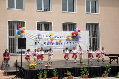 Деца в български носии танцуват на честването на юбилея. Снимки: Румен Байков