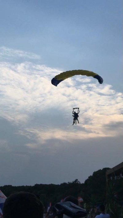 Керана пристигна с парашут за участието си във феста.