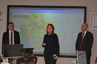 """Столичният кмет Йорданка Фандъкова провери контролния център на """"Софийска вода"""". Ръководството на концесионера - изпълнителният директор Васил Тренев (вляво) и заместникът му Станислав Станев, увериха, че ВиК мрежата може да осигури допълнително количества за Перник.  СНИМКА: """"СОФИЙСКА ВОДА"""""""