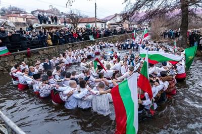 Тунджа се напълни с мъже, които изиграха традиционното хоро въпреки противоепидемичните мерки. СНИМКА: Димитър Узунов
