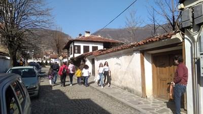 Момичета по тениски се разхождат напред-назад из Карлово, други не смеят да хвърлят якетата.