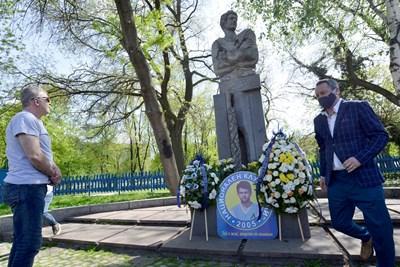 Наско Сираков (вляво) и Славиша Стоянович (вдясно) при поднасянето на венци и цветя на паметника на Георги Аспарухов по повод 78-ата годишнина от рождението на Гунди.  СНИМКИ: ЙОРДАН СИМЕОНОВ