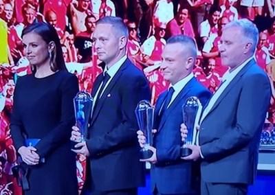 Д-р Валентин Великов (вторият от дясно на ляво) позира с наградата на президента заедно с част от колегите си, спасили живота на Кристиан Ериксен.  СНИМКА: ТВ ЕКРАН