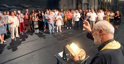 Отец Валентин чете молитва за здраве на трупата на Народния театър. СНИМКА: Снимки: Румяна Тонева