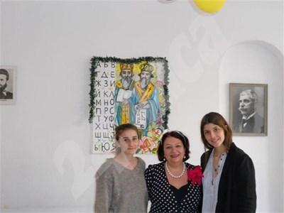 Мафалда (вдясно), сестра й Олимпия (вляво) с с директорката на българското училище в Лондон Снежина Мечева (в средата) при представянето на сайта. СНИМКА: 24 часа