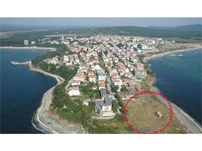 """Кварталът на """"бедните"""" в местността Боруна (в кръгчето) в Приморско. Парцелът на сина на Кирил Войнов е малко по-далече от морето - във вилната зона на града.  СНИМКА: ЕЛЕНА ФОТЕВА"""