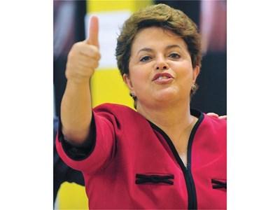 Дилма Русеф вдигна победоносно ръка, след като гласува в Порту Алегре вчера. Бразилката от български произход приключи предизборната битка, започнала с обявяването на кандидатурата й на 13 юни, със значителна преднина пред своя съперник на балотажа. Ще оглави ли тя една от най-големите страни в света, ще научим днес. В Габрово вчера откриха изложба за нейните корени в българския град.  СНИМКА: РОЙТЕРС