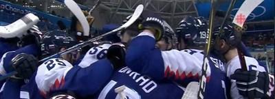 Словаците се прегръщат след победата.