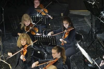 Димитринка Панайотова (на втория ред вдясно) на репетиция с оркестъра на Старозагорската опера. Сега свири първа цигулка в Симфоничния оркестър на Сливен.  СНИМКА: Личен архив